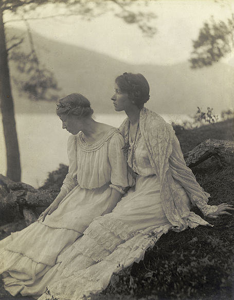 Alice Boughton 1906 2 women under a tree